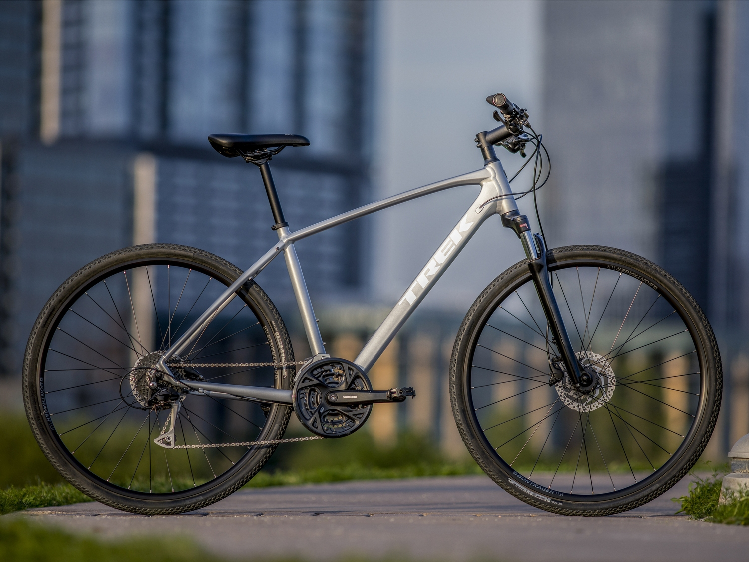 b744e0a6a74 The 2019 Trek Dual Sport 3 is a lightweight aluminium hybrid bike with  high-performance hydraulic disc brakes, wide range gearing and tubeless  ready rims ...
